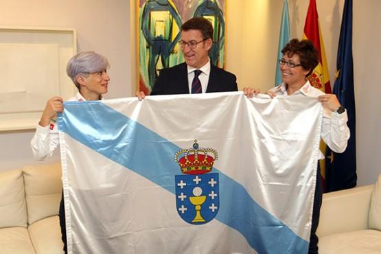 Feijóo coas representantes galegas da expedición
