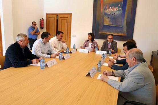 Ángeles Vázquez na reunión cos alcaldes da comarca de Ordes