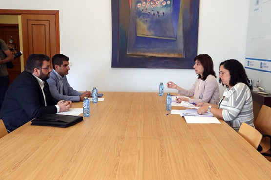 Ángeles Vázquez na reunión cos alcaldes de Cenlle e Castrelo de Miño