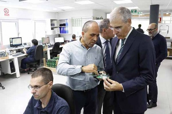 Francisco Conde na visita ás instalacións de Marine Instruments en Nigrán
