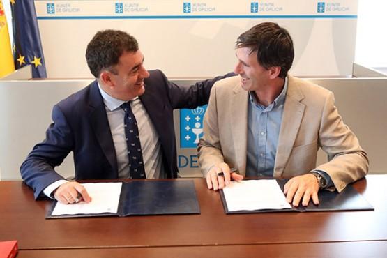 Román Rodríguez na sinatura do convenio co Concello de Vedra