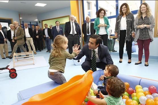 Rey Varela na visita á escola infantil de Narón
