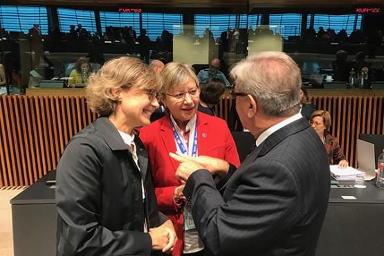 Rosa Quintana e a ministra do Mapama en Luxemburgo