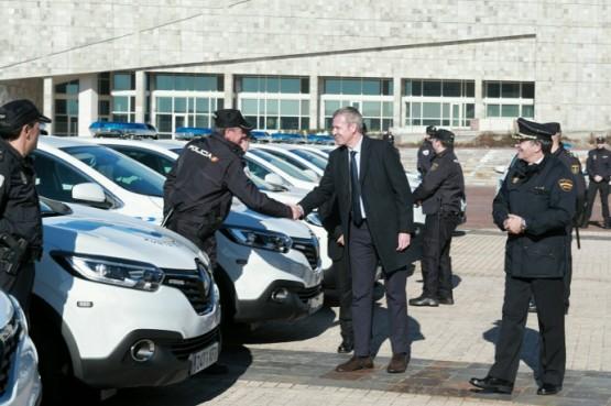 Alfonso Rueda na entrega de vehículos