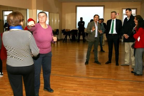 Alfonso Rueda na visita a unha das clases de defensa persoal en Ordes