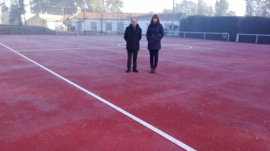 Marta Míguez comproba o estado do complexo deportivo de Monterrei tras as obras levadas a cabo na pista polideportiva