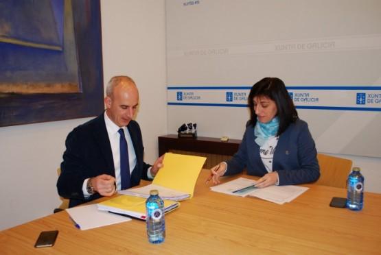 Ángeles Vázquez na reunión co alcalde de Curtis