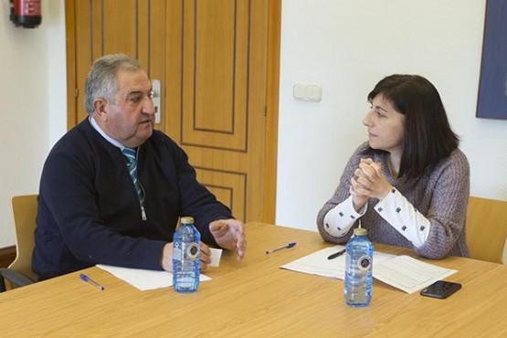 Ángeles Vázquez na reunión co alcalde de Paderne de Allariz. Foto: X. Crespo