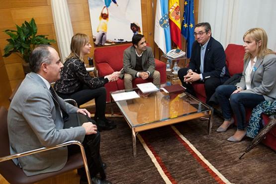 Rey Varela na reunión co alcalde de Sarreaus. Foto: A. Varela