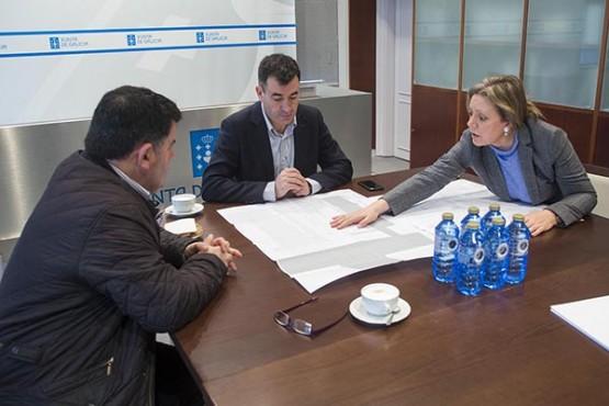 Román Rodríguez na reunión co director do IES Laxeiro. Foto: X. Crespo