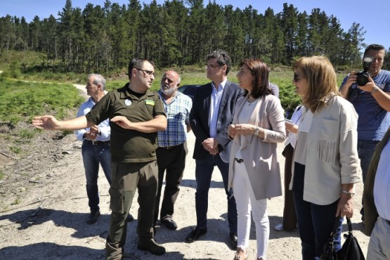 Ángeles Vázquez na visita ás obras na Laracha