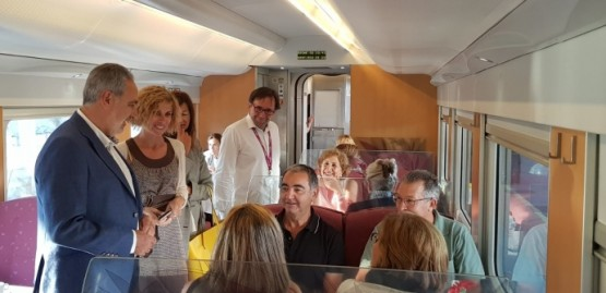 Nava Castro e Cores Tourís saúdan aos viaxeiros do Tren peregrino que percorre o Camiño Portugués
