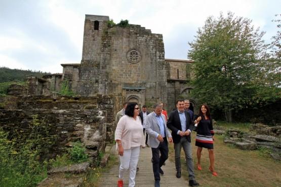 Román Rodríguez na visita ao Mosteiro de Carboeiro