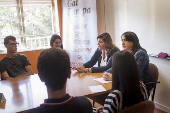 Cecilia Vázquez na reunión con participantes no Galeuropa