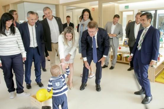 O presidente galego na visita  a unha das escolas