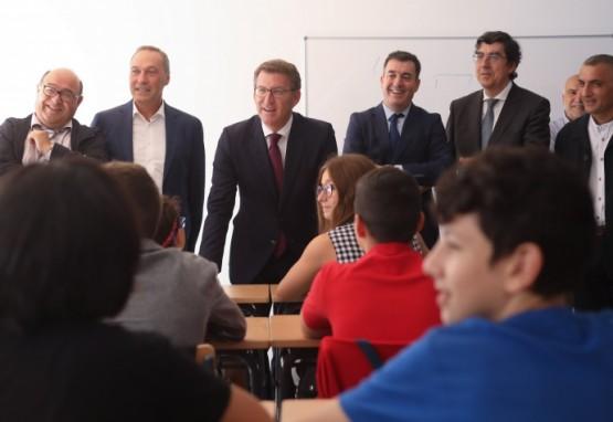 O presidente da Xunta na visita a un dos centros de Soutomaior