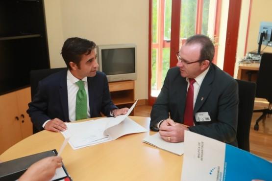 José Manuel Rey Varela na reunión co primeiro edil de Malpica