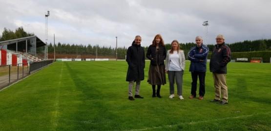 Marta Míguez na visita ao campo de fútbol