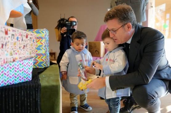 O presidente galego na visita á Galiña Azul da Estrada