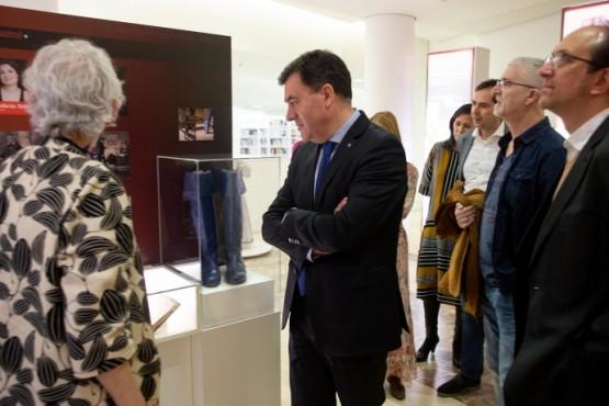 Román Rodríguez na visita á mostra