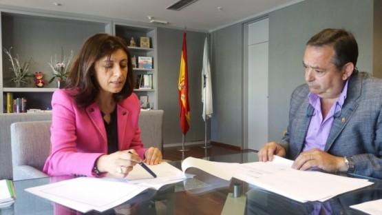 Ángeles Vázquez na reunión co alcalde de Larouco
