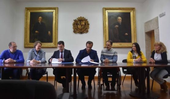O conselleiro Román Rodríguez na sinatura en Baiona