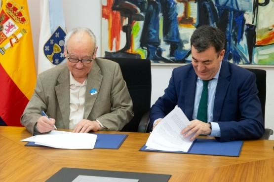 Justo Beremendi e Román Rodríguez na sinatura do convenio